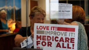 Des défenseurs de l'assurance santé occupent le bureau du sénateur républicain du Nevada, Dean Heller, à Washington, le 10 juillet 2017.