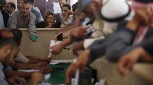 Des Palestiniens demandent des permis pour traverser la frontière, au terminal de Rafah, le point de passage entre la bande de Gaza et l'Egypte, le 13 juin 2015.
