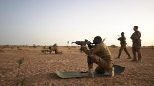 Des soldats burkinabè s'entraînent au tir dans le nord du Burkina Faso le 12 novembre 2019 (image d'illustration).