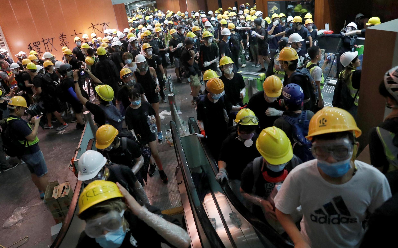 Les manifestants ont envahi les locaux du Parlement hongkongais