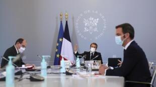 El primer ministro Jean Castex, el presidente Emmanuel Macron y el ministro de Salud Olivier Véran, en el palacio del Elíseo el jueves 12 de noviembre de 2020.