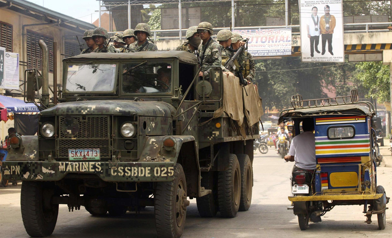 Des militaires à Jolo, Sulu, au sud des Philipines à la recherche des deux otages détenus par des terroristes en 2014.