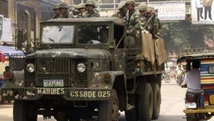 Des militaires à Jolo, Sulu, au sud des Phillipines, à la recherche des deux otages allemands détenus par des terroristes, le 25 septembre 2014.