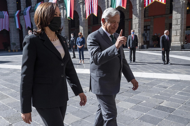 La vicepresidenta de EEUU, Kamala Harris, es recibida en Ciudad de México por el presidente Andrés Manuel López Obrador, el 8 de junio de 2021