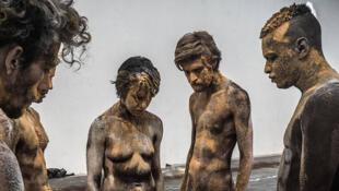 """""""Para que o céu não caia"""" é o novo espetáculo de Lia Rodrigues, em cartaz em Paris."""
