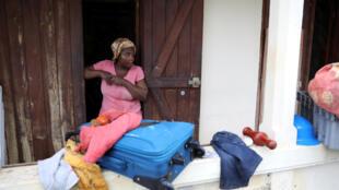 Une femme à l'entrée de sa maison, après le passage de l'ouragan Maria, à Basse-Terre (Guadeloupe), le 19 septembre 2017.