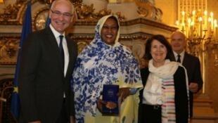 Remise du prix des droits de l'homme à Sarah Mekki Hassan Abouh (c.), présidente de l'ONG Sabah, le 12 décembre 2013 au Quai d'Orsay avec Thierry Repentin, ministre délégué chargé des Affaires européennes et Christine Lazerges, présidente de la CNDCDH.