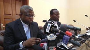 L'abbé Donatien Nshole, secrétaire général par intérim de la conférence épiscopale qui lit le message des évêques du Congo.