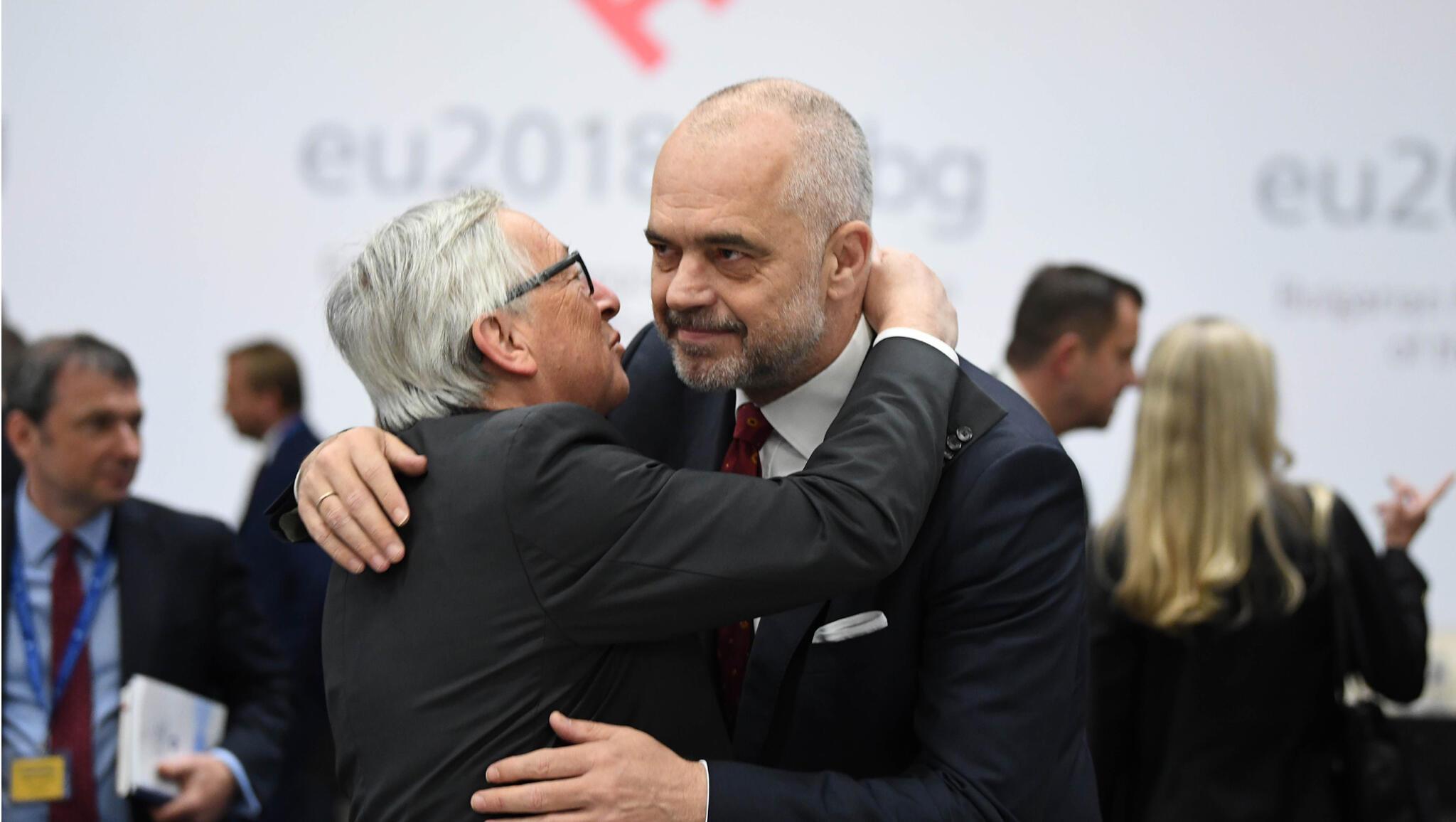 Le président de la Commission européenne Jean-Claude Juncker et le Premier ministre de l'Albanie Edi Rama, lors d'une conférence de presse lors du sommet UE-Balkans occidentaux à Sofia, le 17 mai 2018.