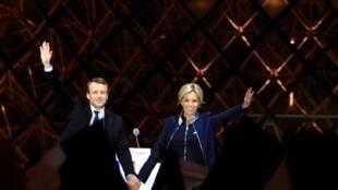 امانوئل ماکرون، رئیس جمهوری منتخب فرانسه و همسرش بریژیت ماکرون در جشن پیروزیاش در انتخابات در مقابل موزه لوور. پاریس ١٧ اردیبهشت/ ٧ مه ٢٠۱٧