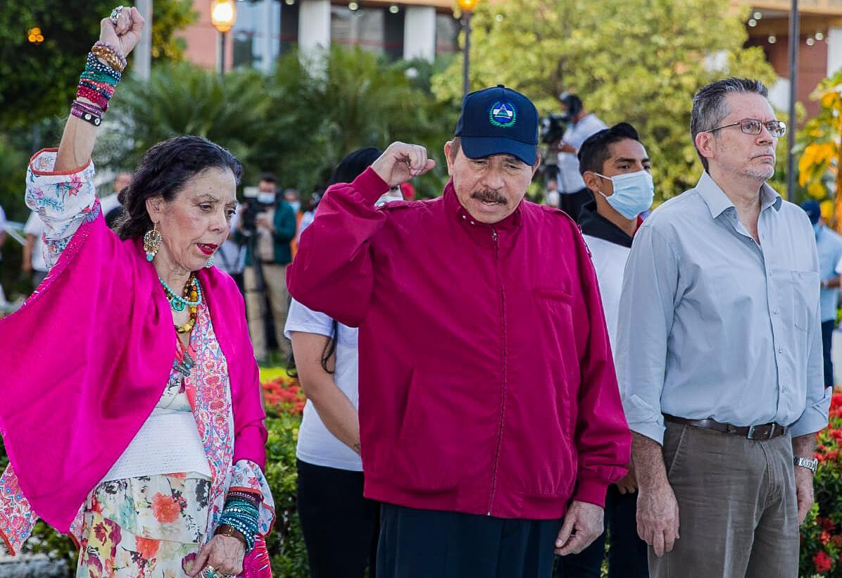 Imagen distribuida por la presidencia de Nicaragua, que muestra al presidente nicaragüense Daniel Ortega (centro), la vicepresidenta Rosario Murillo (izq.) y Carlos Fonseca Terán (der.)  durante una ceremonia en conmemoración del nacimiento del líder sandinista Carlos Fonseca Amador, en la Plaza de la Revolución, en Managua, el 23 de junio de 2021.