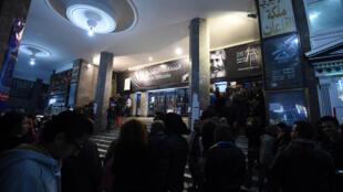 Des spectateurs tunisiens font la queue pour aller voir le film «Much Loved», à l'occasion des Journées cinématographiques de Carthage.