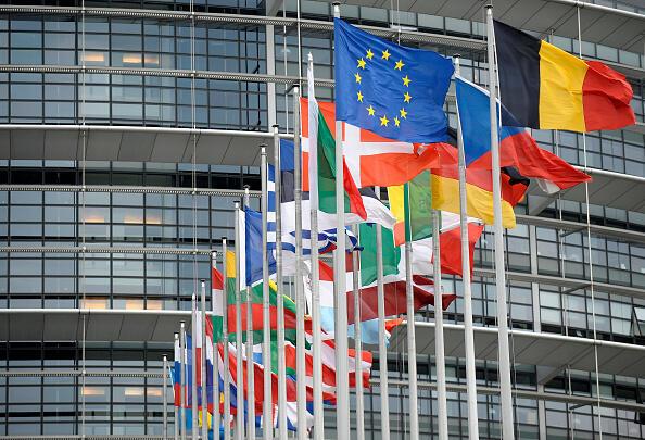 Лидеры пяти основных политических групп Европарламента призвали провести новые президентские выборы в Беларуси и назвали Александра Лукашенко персоной нон грата в ЕС.