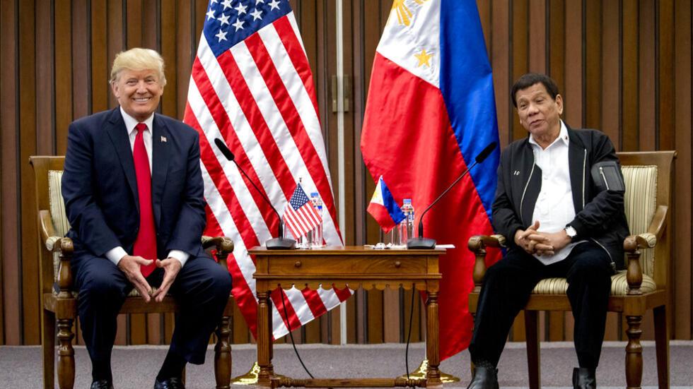 Tổng thống Mỹ Donald Trump và đồng nhiệm Philippines Rodrigo Duterte gặp nhau bên lề Hội nghị của ASEAN tại Manila, ngày 13/11/2017.
