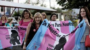 Miembros de la comunidad gay celebran frente al palacio presidencial después de que la Corte Interamericana de Derechos Humanos falló para que los estados de la región reconozcan el matrimonio igualitario, en San José, Costa Rica, el 9 de enero de 2018.