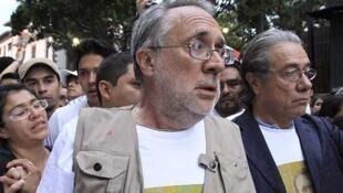 Le poète Javier Sicilia (g) avec l'acteur Edward James Olmos lors de la marche à Cuernavaca, capitale de l'État de Morelos au Mexique, le 6 avril 2011.