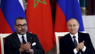 Le président russe Vladimir Poutine (D) reçoit  le roi du Maroc, Mohamed VI (G)  le 15 mars 2016 à Moscou
