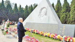 存档图片:胡耀邦墓地