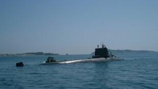 Le sous-marin nucléaire d'attaque français Perle en rade de Toulon en mai 2000.