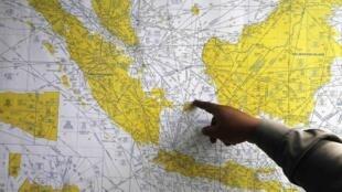 Un officier de police indonésien pointe du doigt la zone des recherches du vol QZ8501, ce 29 décembre.