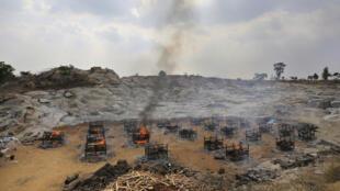 班加羅爾5月5日郊外25名新冠死者的露天火化場