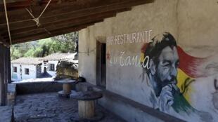 Sur le mur d'un bar restaurant, un portrait peint du leader Ernesto «Che» Guevara, à La Higuera, village où il a été tué le 9 octobre 1967, dans le sud de la Bolivie.