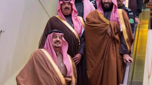 Oríncipe herdeiro Mohammed bin Salman (à direita) comanda reformas econômicas no país, afetado pela queda dos preços do petróleo.
