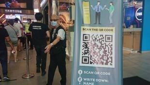 L'entrée d'un centre commercial de Kuala Lumpur, où les visiteurs doivent s'enregistrer via un QR code.