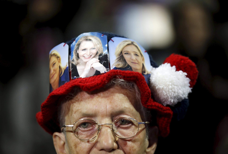 Сторонница Нацфронта с портретами Марин Ле Пен и Марион Марешель-Ле Пен на голове
