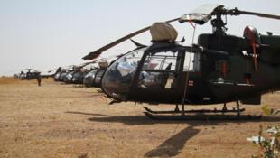 Alignement d'hélicoptères Gazelle à Sévaré au Mali.