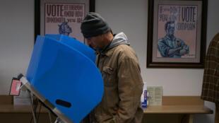 Un homme vote par anticipation dans la ville d'Athènes, dans l'Etat de Géorgie aux Etats-Unis, le 26 octobre 2018.