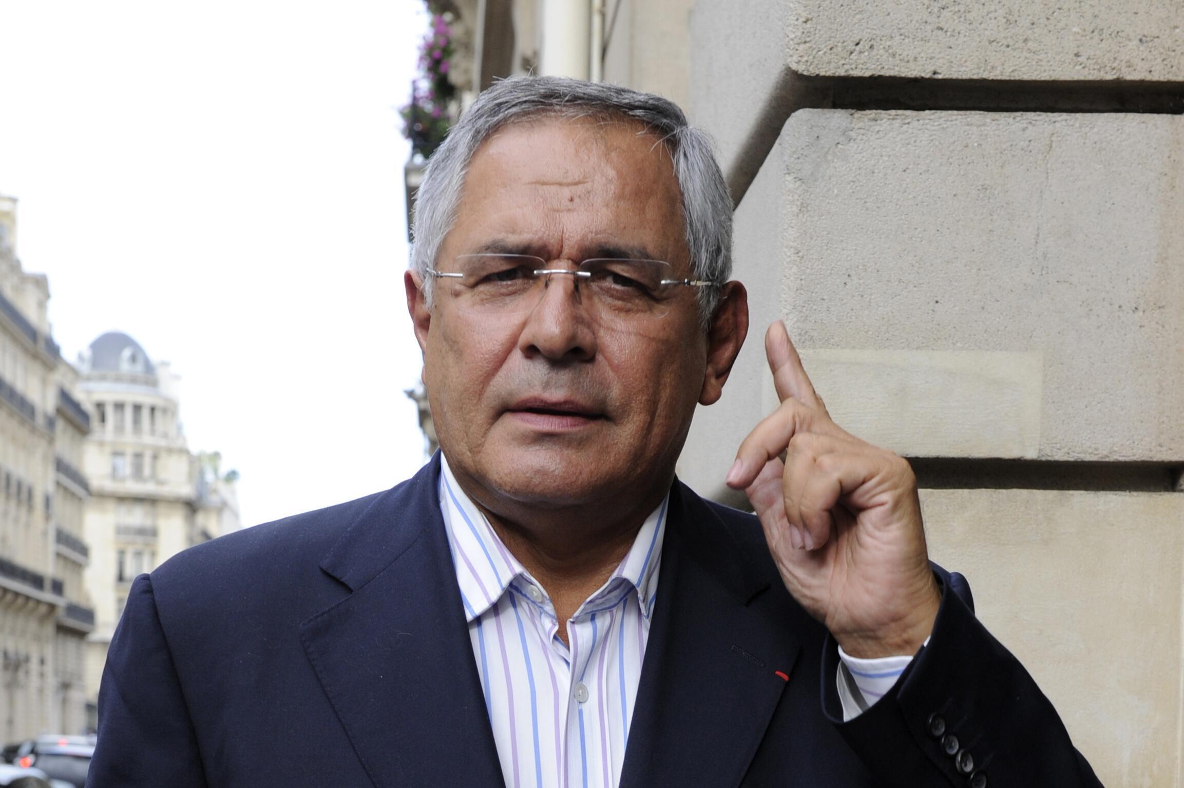 L'avocat Robert Bourgi devant son domicile parisien le 12 septembre 2011.