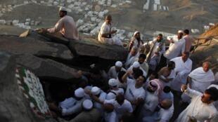 No topo do monte Noor, fiéis muçulmanos iniciam peregrinação a Meca.