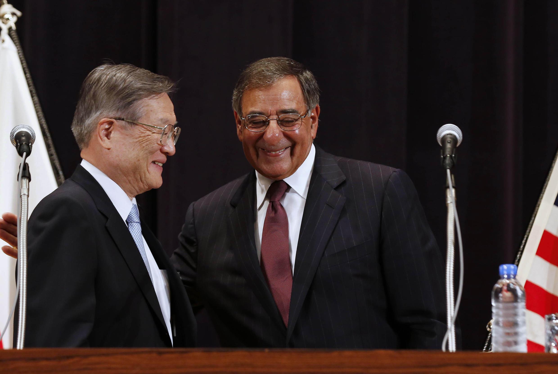 Bộ trưởng Quốc phòng Mỹ Leon Panetta (P) và đồng nhiệm Nhật Bản Satoshi Morimoto, trong cuộc họp báo ở Tokyo, 17/09/2012