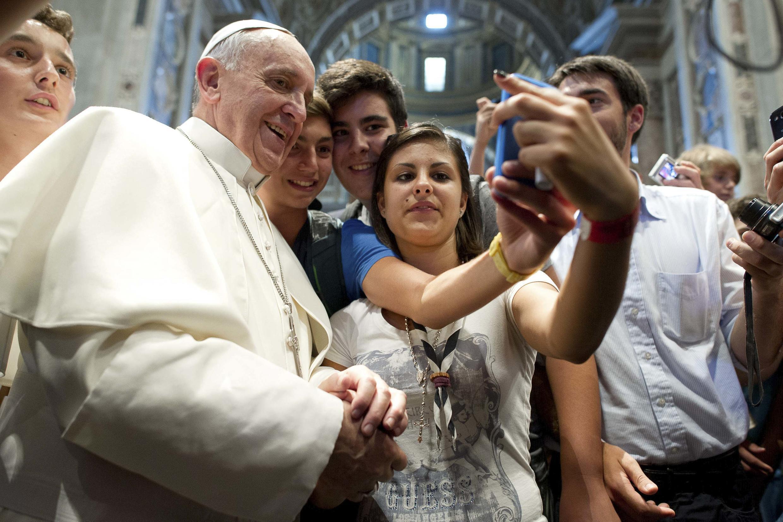 Giáo hoàng Phanxicô  chụp ảnh cùng thanh niên tại giáo phận  Piacenza
