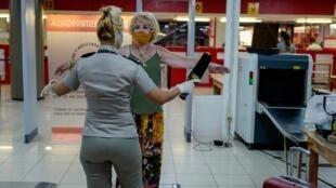 Contrôle de sécurité pour les passagers étrangers à l'aéroport international Jose Marti à La Havane, le 3 juillet 2020.