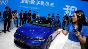 La nouvelle Golf 8 de Volskwagen présentée au salon de l'automobile de Pékin, le 26 septembre 2020.