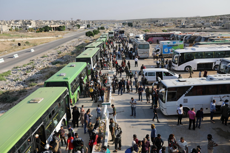 انتقال پیکارجویان و غیرنظامیان با اتوبوس از قنیطره به سوی ادلب در شمال سوریه. شنبه ٣٠ تیر/ ٢١ ژوئیه ٢٠۱٨