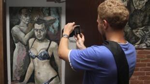 Vue de l'oeuvre incriminée, « Travestis », le 15 août au Musée du pouvoir à Saint-Pétersbourg.