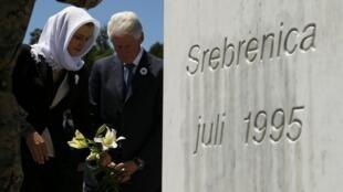 Cựu tổng thống Mỹ Bill Clinton đến đặt hoa ở đài tưởng niệm ở Srebrenica. Ảnh ngày 11/07/2015