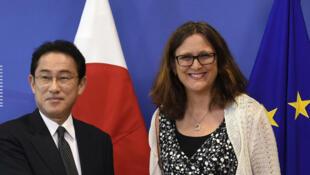 A comissária europeia de comércio, Cecilia Malmström, e o chanceler japonês, Fumio Kishida, em Bruxelas