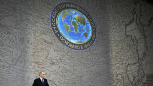 Владимир Путин выступает перед членами Русского географического общества, фото 2009 года
