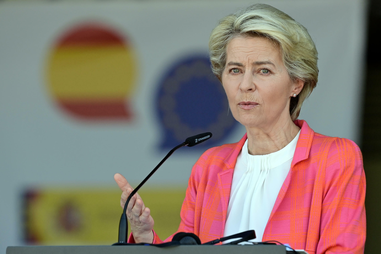 La presidenta de la Comisión Europea, Ursula von der Leyen, en rueda de prensa conjunta con el presidente español y el titular del Consejo Europeo durante su visita a un centro de recepción para refugiados afganos en la base aérea militar de Torrejón de Ardoz, a 30 km de Madrid, el 21 de agosto de 2021.