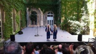 Connais-moi toi-même, de Dominique Boivin et Claire Diterzi, une coproduction SACD/Festival d'Avignon dans le cadre des Sujets à Vifs 2015, du 5 au 11 juillet (relâche le 8) dans le Jardin de la Vierge du Lycée Saint-Joseph.
