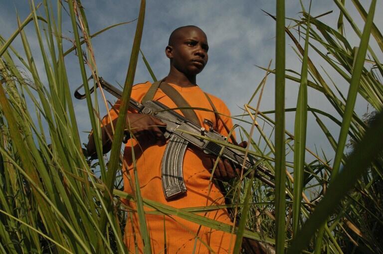Mmoja wa wapiganaji wa FRPI akifanya doria kusini mwa Ituri Julai 26, 2006.