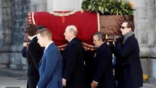 فرانسیسکو فرانکو و خئیم مارتینز بوردیو نوههای فرانکو جسد او را پس از بیرون آوردن از مقبرۀ وی در «واله دُ لُس کایدوس» برای انتقال به گورستان «مینگوروبیو» در شمال پایتخت، بر دوش میکشند – ٢٤ اکتبر ٢٠١٩