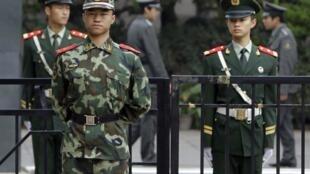 警察和士兵高度戒備之下的日本駐華使館(2010年九月二十日)。