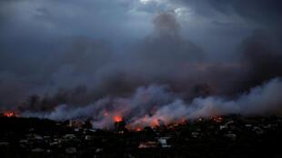 Incêndio em Rafina, a cerca de 55 quilômetros de Atenas, na noite de 23 para 24 de julho
