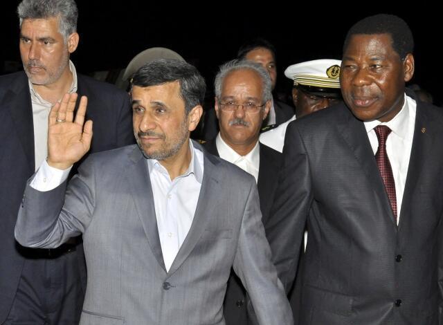 O presidente iraniano, Mahmud Ahmaedinejad, chegou na noite de domingo(14) a Benin, e viajará nesta segunda-feira ao Níger, um dos principais produtores mundiais de urânio.