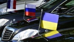 Bandeiras francesa, russa e ucraniana num Quarteto da Normandia realizado em 2018.